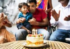 Pares indios que celebran cumpleaños junto foto de archivo libre de regalías