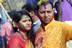 Pares indios que celebran Holi Retrato de los pájaros del amor en la celebración de Holi Foto de archivo libre de regalías