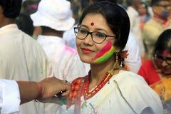 Pares indios que celebran Holi Retrato de los pájaros del amor en la celebración de Holi Imagenes de archivo