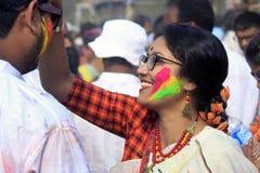 Pares indios que celebran Holi Retrato de los pájaros del amor en la celebración de Holi Fotos de archivo libres de regalías