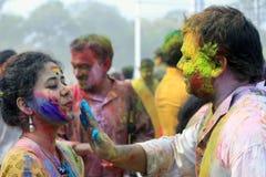 Pares indios que celebran Holi Retrato de los pájaros del amor en la celebración de Holi Imagen de archivo