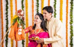 Pares indios que realizan o que celebran Gudi Padwa Puja Imagen de archivo