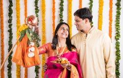 Pares indios que realizan o que celebran Gudi Padwa Puja Fotografía de archivo libre de regalías