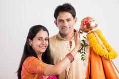 Pares indios que realizan o que celebran Gudi Padwa Puja Fotos de archivo libres de regalías