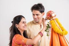 Pares indios que realizan o que celebran Gudi Padwa Puja Imágenes de archivo libres de regalías