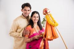 Pares indios que realizan o que celebran Gudi Padwa Puja Imagen de archivo libre de regalías