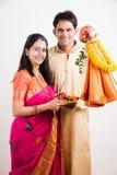 Pares indios que realizan o que celebran Gudi Padwa Puja Imagenes de archivo