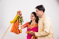 Pares indios que realizan o que celebran Gudi Padwa Puja Foto de archivo libre de regalías