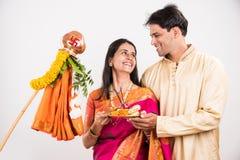 Pares indios que realizan o que celebran Gudi Padwa Puja Fotos de archivo