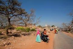 Pares indios que van en el camino rural imagen de archivo