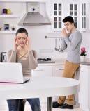Pares infelices en la cocina Imagen de archivo