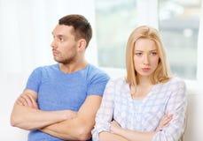 Pares infelices que tienen discusión en casa Foto de archivo libre de regalías