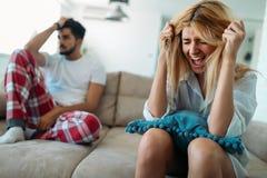 Pares infelizes que têm a crise e as dificuldades no relacionamento Fotos de Stock Royalty Free