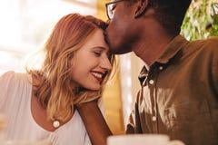 Pares inter-raciais de amor na data imagens de stock