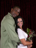 Pares interraciales con las rosas foto de archivo