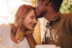 Pares interraciales de amor el fecha imagenes de archivo