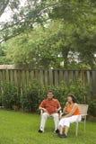 Pares interraciales en patio trasero Imagen de archivo libre de regalías