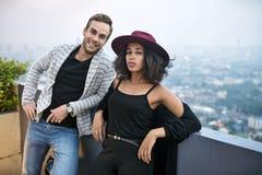 Pares interraciales hermosos en balcón Fotografía de archivo libre de regalías