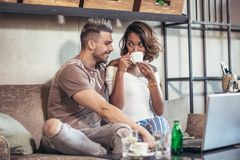 Pares interraciales jovenes que pasan tiempo en café Foto de archivo libre de regalías