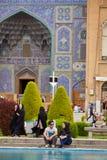 Pares iraníes jovenes una fecha cerca de la mezquita, Isfahán, Irán Imagenes de archivo