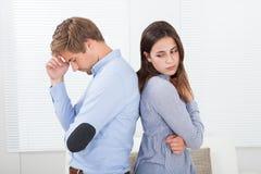 Pares irritados que estão de volta à parte traseira em casa Imagens de Stock Royalty Free