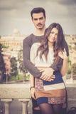 Pares italianos jovenes preciosos del abarcamiento hermoso al aire libre Foto de archivo