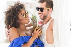 Pares jóvenes alegres en el amor que disfruta de vacaciones de verano Foto de archivo libre de regalías