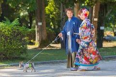 Pares japoneses en vestidos de boda tradicionales Foto de archivo