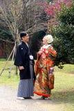Pares japoneses jovenes tradicionales hacia fuera para un paseo en el parque en Tokio céntrica Foto de archivo