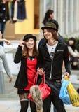 Pares japoneses novos com o saco de compras na rua Curso em torno de Japão fotos de stock royalty free