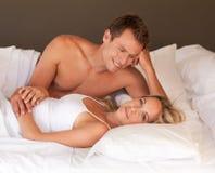 Pares jovenes íntimos en cama Foto de archivo