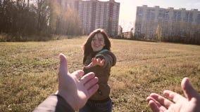 Pares jovenes afortunados que caminan en el parque almacen de metraje de vídeo