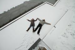 Pares jovenes al aire libre Imagenes de archivo