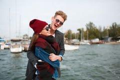Pares jovenes alegres que se divierten y que ríen junto al aire libre Fotos de archivo libres de regalías