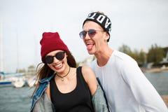 Pares jovenes alegres que se divierten y que ríen junto al aire libre Imagen de archivo
