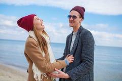 Pares jovenes alegres que se divierten y que ríen junto al aire libre Fotografía de archivo