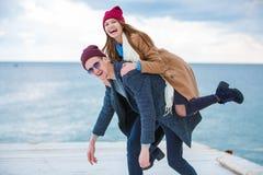 Pares jovenes alegres que se divierten y que ríen junto al aire libre Imagen de archivo libre de regalías