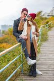 Pares jovenes alegres que se divierten y que ríen junto al aire libre Foto de archivo libre de regalías