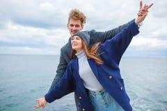 Pares jovenes alegres que se divierten y que ríen junto al aire libre Fotografía de archivo libre de regalías