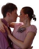 Pares jovenes alrededor para besarse Fotografía de archivo