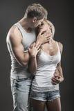 Pares jovenes apasionados en amor en oscuridad Imagen de archivo