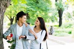 Pares jovenes apenas hechos frente en el parque Foto de archivo libre de regalías