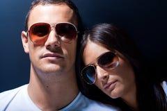 Pares jovenes atractivos con las gafas de sol Fotografía de archivo libre de regalías