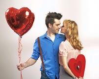 Pares jovenes atractivos durante el día de tarjeta del día de San Valentín Fotografía de archivo libre de regalías