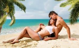 Pares jovenes atractivos en la playa Fotografía de archivo