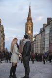 Pares jovenes atractivos en milla real, Edimburgo Imágenes de archivo libres de regalías