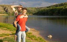 Pares jovenes atractivos en un lago escénico de la montaña Fotografía de archivo