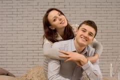 Pares jovenes atractivos felices que se relajan junto Imágenes de archivo libres de regalías
