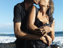 Pares jovenes atractivos que abrazan y que se besan foto de archivo