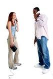 Pares jovenes atractivos que hablan en el teléfono Foto de archivo